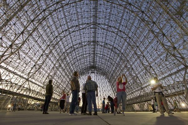 Google buys NASA hangar in Silicon Valley for $1.16 billion  http://repulnijo.hu/wp-content/uploads/2014/11/emberek.jpg