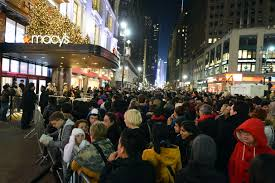 A huge line forms at Macy's a few hours before the doors will open. Photo via https://www.flickr.com/photos/diariocriticove/8211477498  under the Creative Commons license.