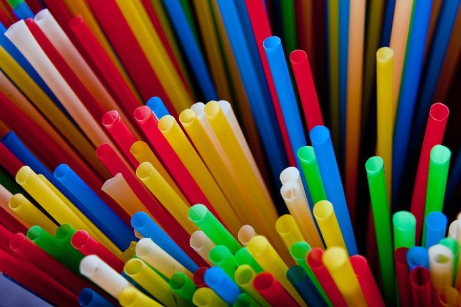 Picture of single-use plastic straws labeled for reuse from Pixabay.