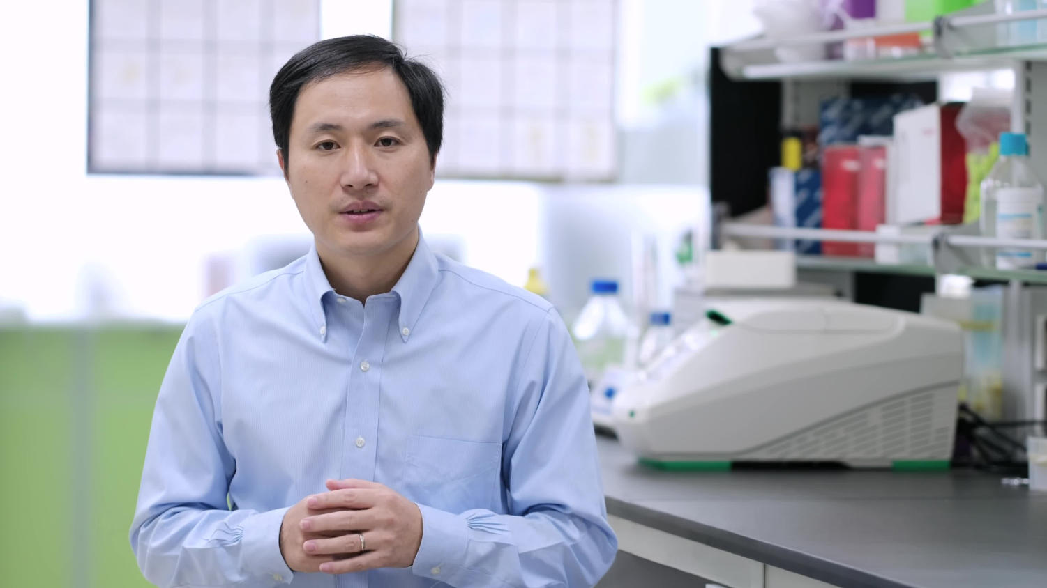 Chinese researcher He Jiankui in his lab. Labeled for reuse by 维基百科.