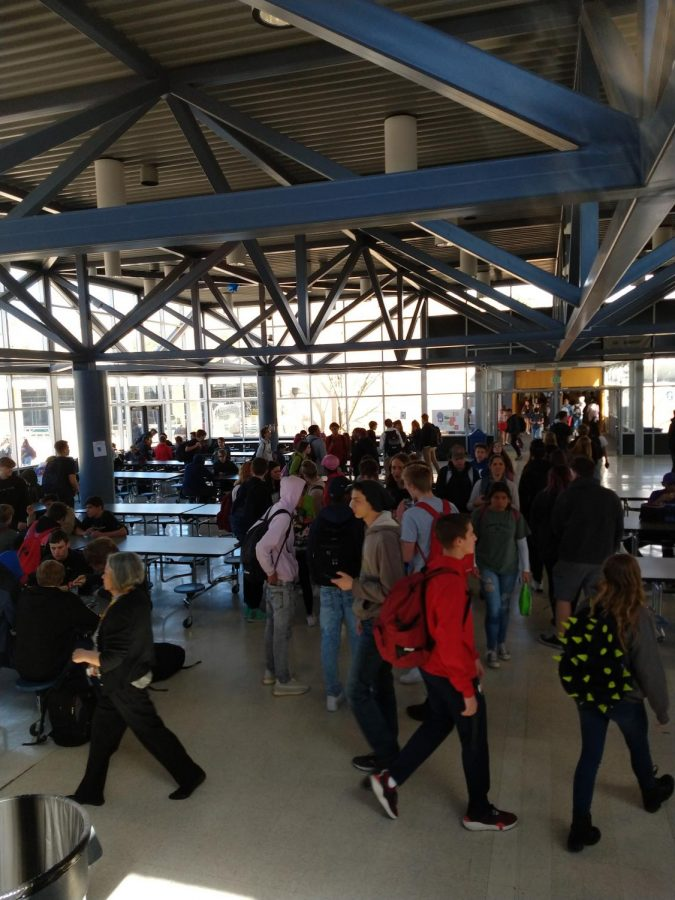 Students+rush+into+the+cafeteria+at+the+beginning+of+the+lunch+period+at+AAHS.